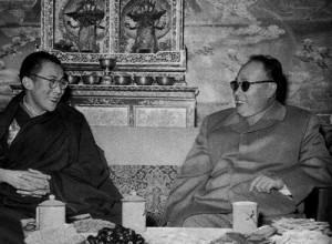 Chen Yi, damals stellvertr. Vorsitzender des Staattsrates, seit 1958 Außenminister der VR China und der Dalai Lama in Lhasa 1958